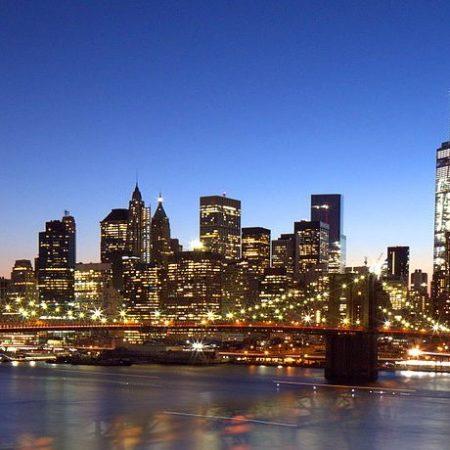 Brooklyn_Bridge,_Downtown_Manhattan,_and_One_World_Trade_Center,_blue_hour_(20222411585)